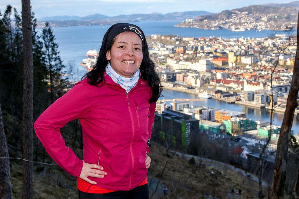 Patricia Viviana Alme Flataker i starten på løypen opp til Løvstakken der hun arrangerer fakkeltog sent på høstparten. (Foto: Arne Dag Myking)