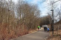 De fleste dager og på store deler av døgnet er det plass til både gående og løpende på turveiene langs Akerselva i Oslo. (Foto: Runar Gilberg)