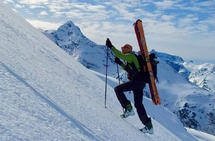 Musiker og sanger Lars Jones liker å utfordre seg sjøl i bratt landskap. (Foto: privat)