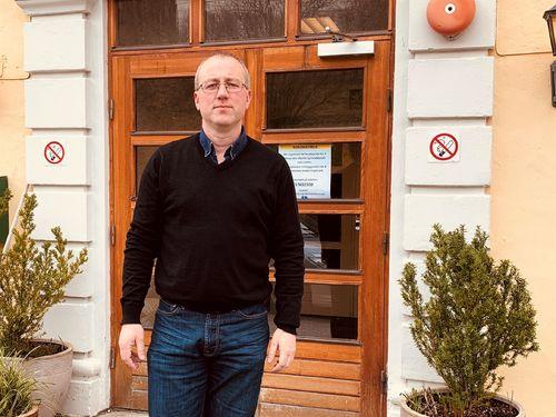 Ordførar Arnstein Menes ved tinghuset i Leikanger