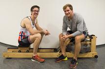 Are Strandli (til venstre) og Kristoffer Brun forklarer roteknikk på romaskin. (Alle foto: Bjørn Johannessen)