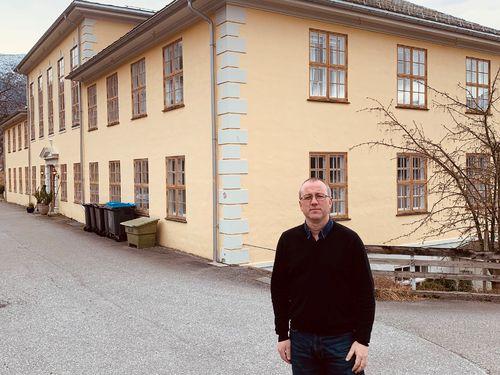 Arnstein Menes ved tinghuset i Leikanger