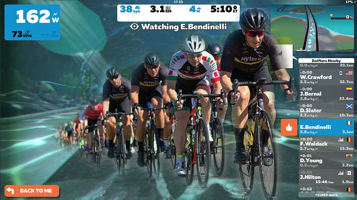 Med Zwift kan man få følelsen av å sykle sammen med andre mens man trener på sykkelrullen. Her er Tore Petter Engen i front for sin sykkelklubb. (Foto: Thor Kristoffersen/skjermprint Zwift. Fotomontasje: Arne Dag Myking)