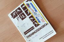 Frå 1983 til 2006 vart treningsnotata skrivne ned på papir, ei bok for kvart år. (Foto: Runar Gilberg)
