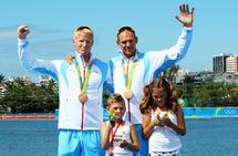 Roerne Kjetil Borch og Olaf Tufte er blant toppidrettsutøverne som nylig fikk sitt store OL-mål utsatt med ett år. Her etter deres OL-bronse i 2016. (Foto: Karl Filip Singdahlsen/NIF)