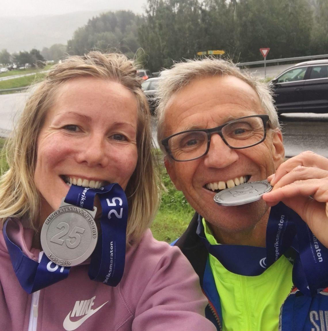 Anne Woldmo og løpervennen Jan -Erik etter Ringeriksmaraton 2019.