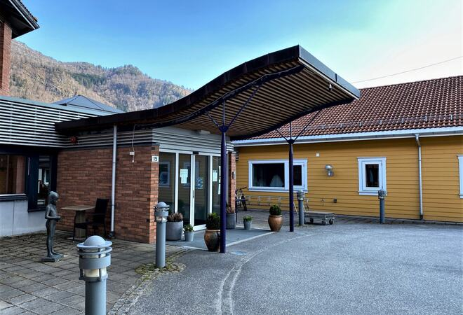 Inngangspartiet til Leikanger sjukeheim.