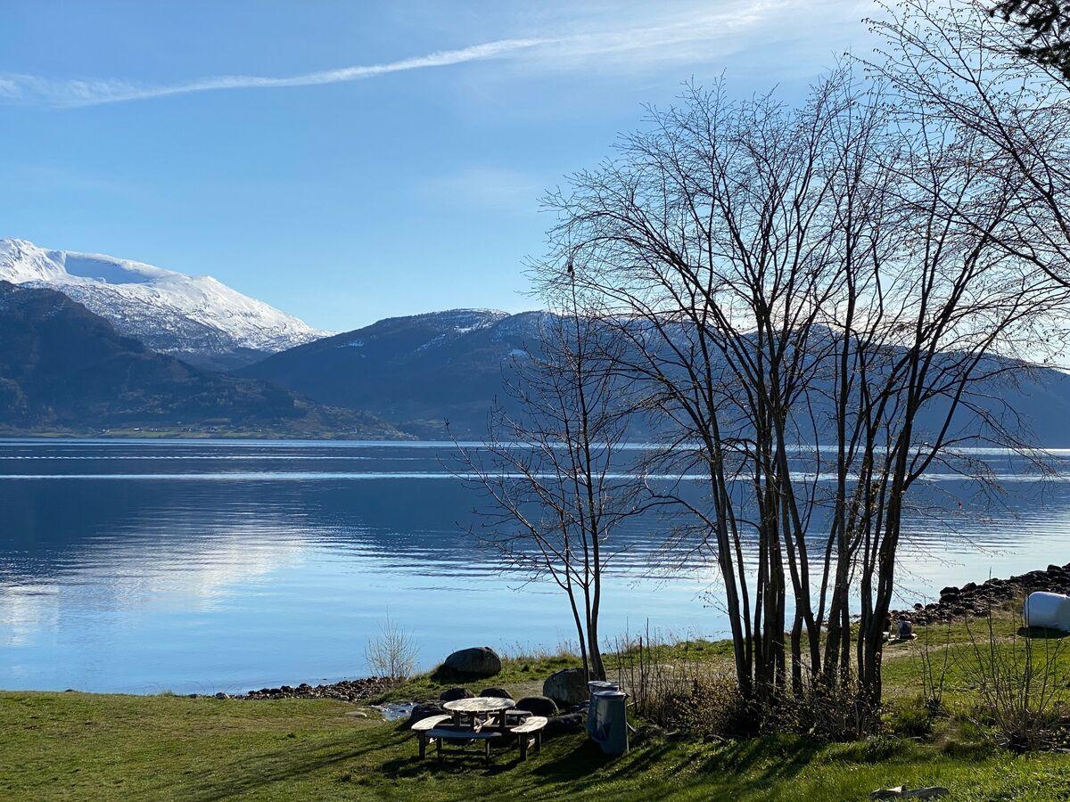 Utsyn mot fjord og fjell i vakkert vårvêr.