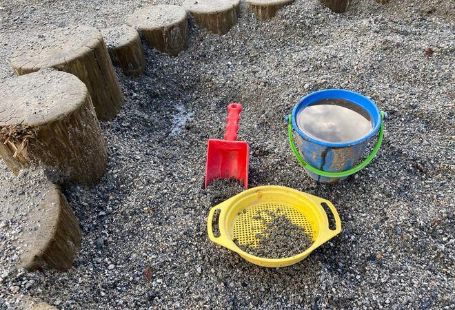 Bøtte og spade i sandkasse