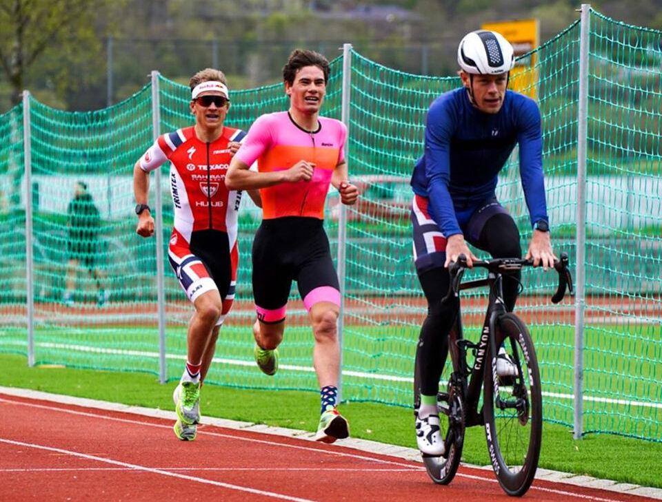 Gustav Iden og Kristian Blummenfelt (til venstre) testa seg på 3000 m på friidrettsbanen i Ytre Arna. (Foto: Mikal Iden)