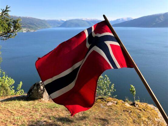 Flagg og utsyn over fjord og fjell