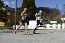 Fartstrening kan du ha stor glede av i alle løp. Her løper Andreas Gossner (fremst) Halden Byløp 2018 hvor han kom på tredjeplass i herreklassen med tida 16.49. Foto: Bjørn Johannessen