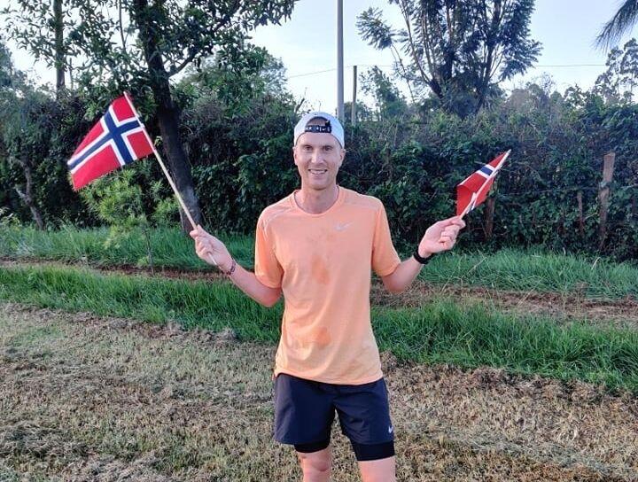 Sondre Norstad Moen feirer nasjonaldagen i Kenya blant annen med å løpe 17. mairaton. (Foto: Nils Forreløkken)