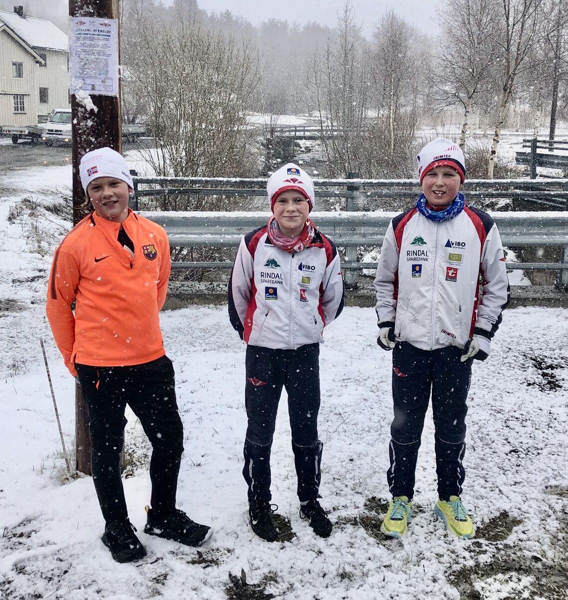 Tre unge deltagere i det første løpet i Rindal løpskarusell som samlet 63 deltagere. (Foto: Erik Løfald)