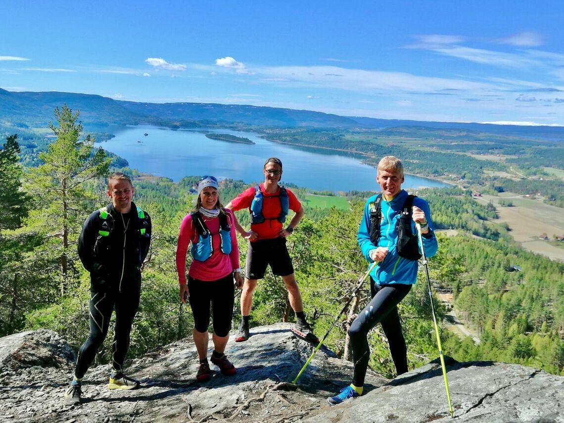 45 løpere deltok i det første Elevation Ultra. En av dem var Ole Rognstadbråten til venstre på dette bildet. Her har han følge av klubbvennene Hilde, Håvard og Terje på en del av løpet. (Foto: Katja Saggese)