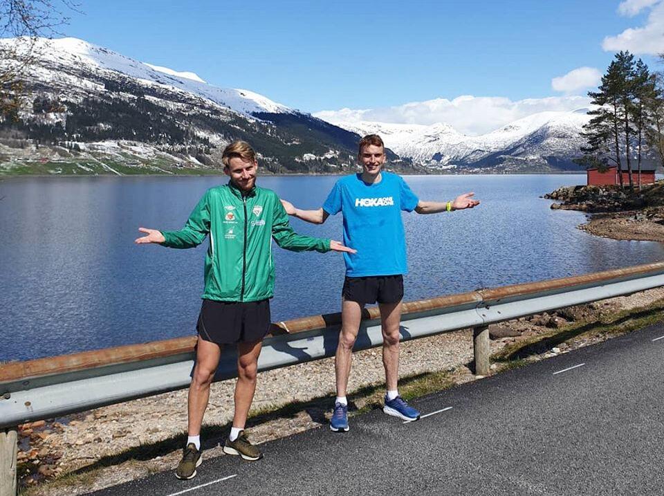 Eivind Øygard (til venstre) og Marius Vedvik var godt nøgde med 10 km-testen langs det vakre Jølstravatnet. (Foto: Matias Førde)