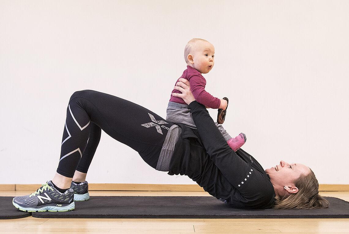 Maria Kalnæs Danielsen demonstrerer hofteløft. Her med ekstra belastning. (Illustrasjonsfoto: Bjørn Johannessen)