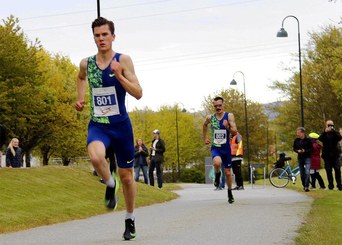 Da Jakob Ingebrigtsen virkelig økte farten inn mot mål, klarte ikke en gang storebror Henrik å henge på. (Foto: Geir Eikeskog)