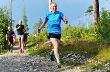 Henrik Lund Raagaard kom ikke i gang med regelmessig løping før han var 70 år, men som 75-åring har han satt norsk klasserekord. Her ser vi han i fint driv under Torsdagsløpet utenfor Sarpsborg. (Foto: Pål Kirkerød)