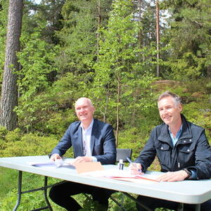 Kontraktsignering kommundirektør Eivind Glemmestad og Hans Magnus Wold Haug HENT AS