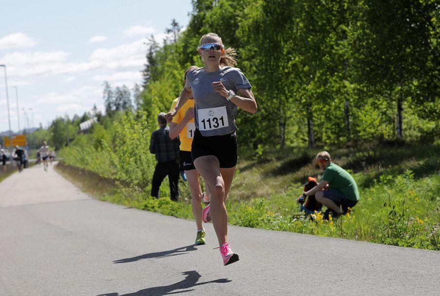 Ine Bakken fra Gular ble nummer to i kvinneklassen på 16:33.