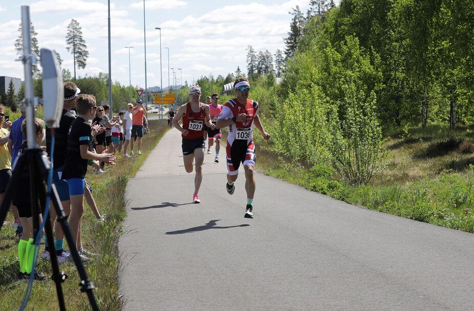 Kristian Blummenfelt vinner den intense spurten på 14.58.
