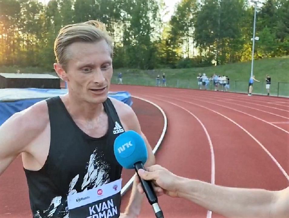 Ferdinand Kvan Edman intervjues av Jann Post i NRK's streaming av løpet i Tønsberg.