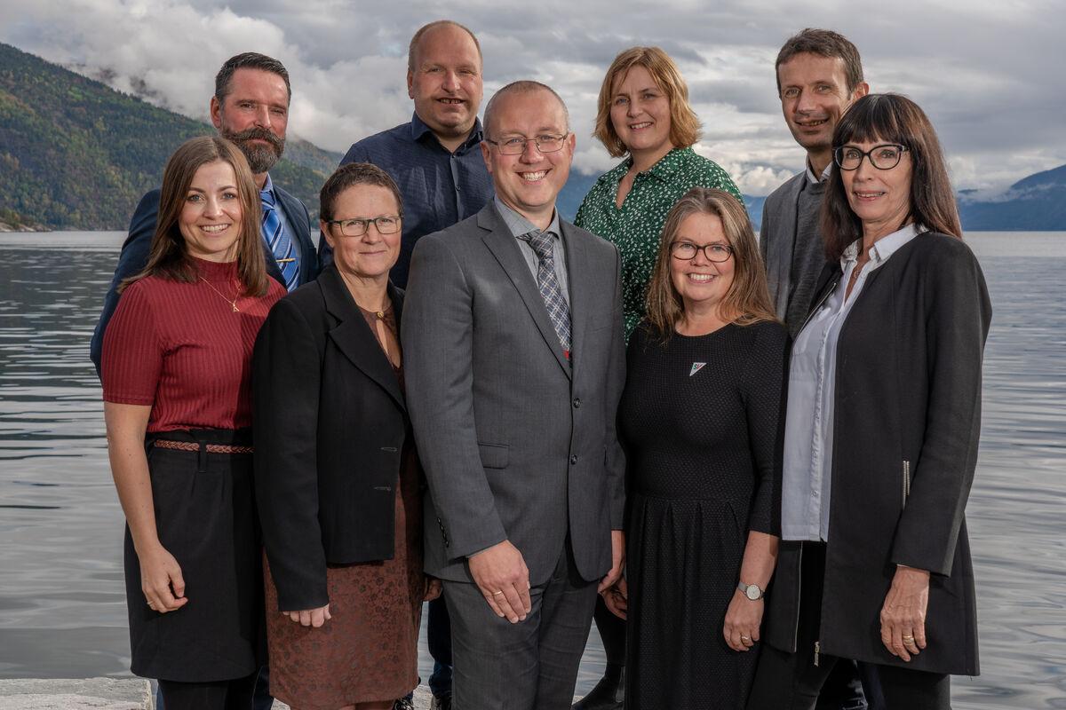 Formannskapet oppstilt med fjorden i bakgrunnen