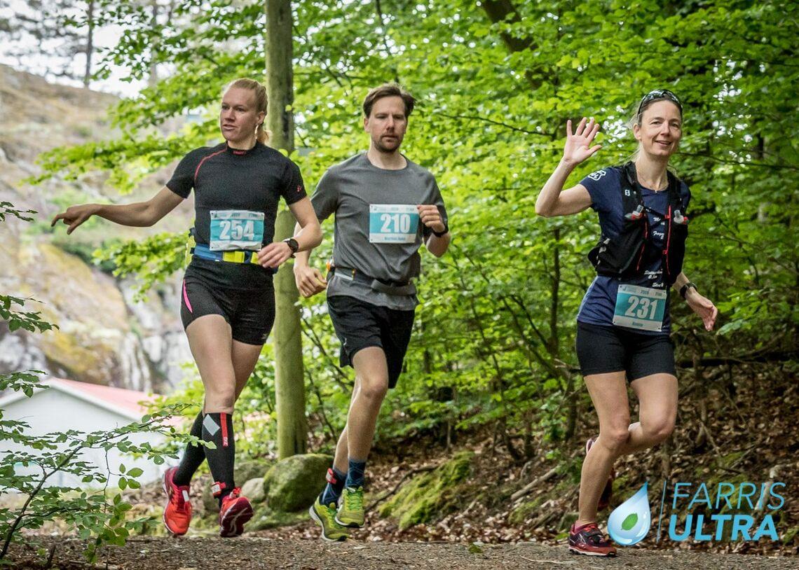 Fra venstre ser vi vinneren av halvmaraton for kvinner, Kine Gulliksen, deretter Markus Holm Gulliksen og Hanne Vigander (Foto:Morten Løvaas)