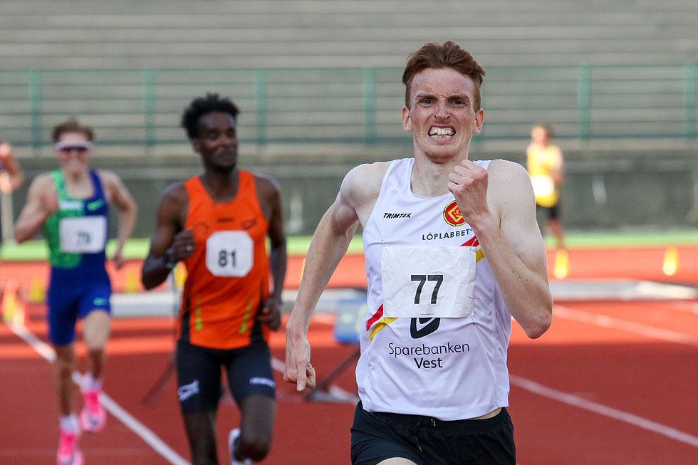 Marius Vedvik vinner spurten foran Zerei Kbrom Mezngi og Simen Halle. (Alle foto: Arne Dag Myking
