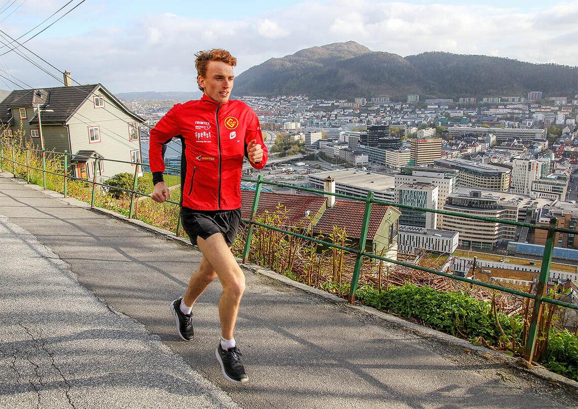 Marius Vedvik gjør unna en god del av treningsøktene i Fjellveien med fin utsikt over Bergen. (Foto: Arne Dag Myking)