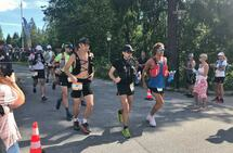 Startpulje 7 av 9 på 100 miles. Vi ser blant andre 68 Arne Nåtedal og 64 Patrick Stangebye. (Foto: Mona Kjeldsberg)