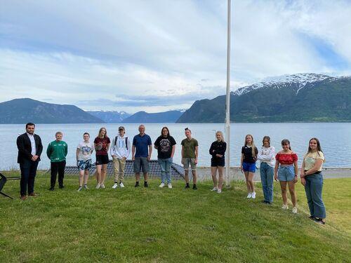 Ungdomsrådet samla ved tinghuset på Leikanger.