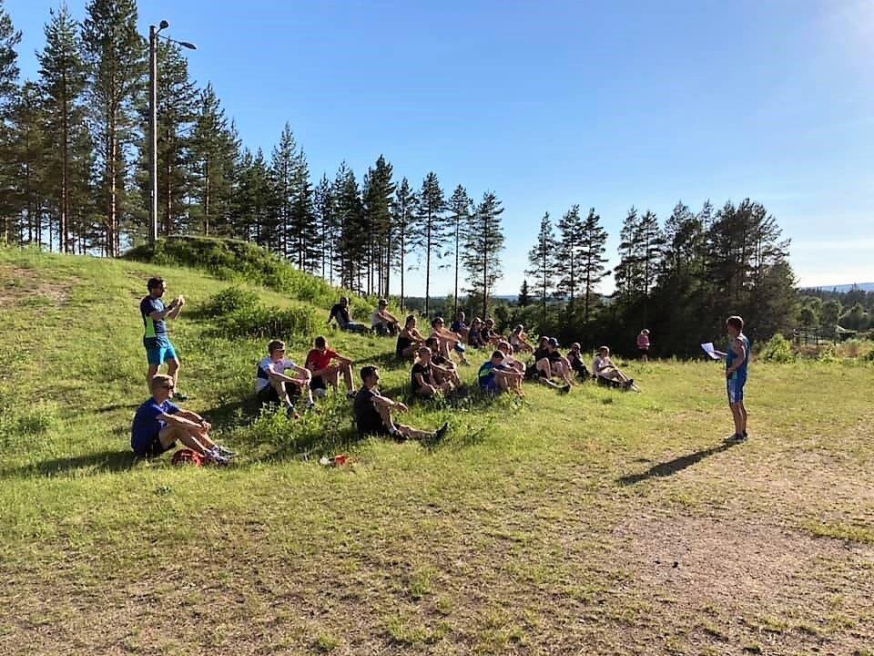 Vel halvparten av deltakerne som fullførte Stjernecupen koste seg i sola på skistadion i Stavåsen St. Hansaften. (Foto: Thomas Rønningen)