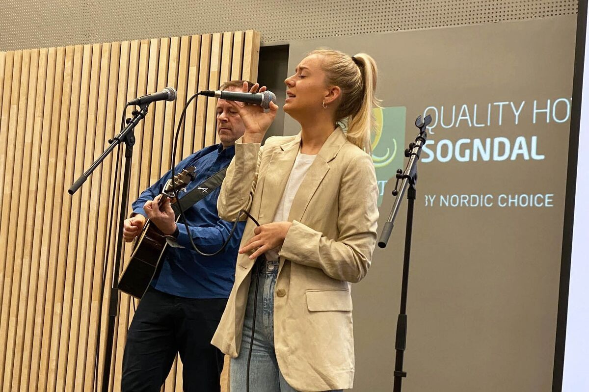 Gunn Marit Kvåle song på leiarsamlinga i kommunen. Inge Ronny Kvåle på gitar.