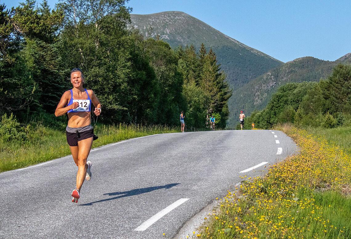 Marit Bjerkeli tok seg tid til å nyte de flotte omgivelsene, men ikke mer enn at hun vant 5 kilometeren. (Foto: Karl Gustav Hetland)