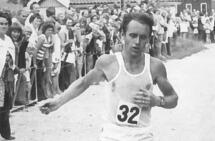 Det var en tid da løping kun var løping og ikke dreide seg om pulsmålinger, GPS, karbonsko og reklame. Her ser vi tidligere Kondis-leder Henning Høgheim under maraton-NM som gikk i Fyresdal i 1973. (Foto: Varden)