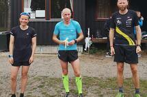 Dagens tre kjappeste halvmaraton-løpere: Totalvinnerne Ina Høiland og Henning Aasen sammen med andremann Kenneth Dæhlen (til høyre).
