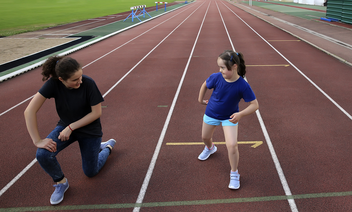 Jente på friidrettsbane b1200 72dpi.jpg