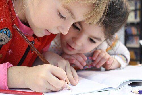 Skole - to jenter som skriver