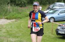 Marianne Johansen ble en av de heldige vinnerne av en uttrekkspremie i Kondisløpet i juni. Her løper hun mot mål i Unionsmaraton 2019. (Foto: Olav Engen)