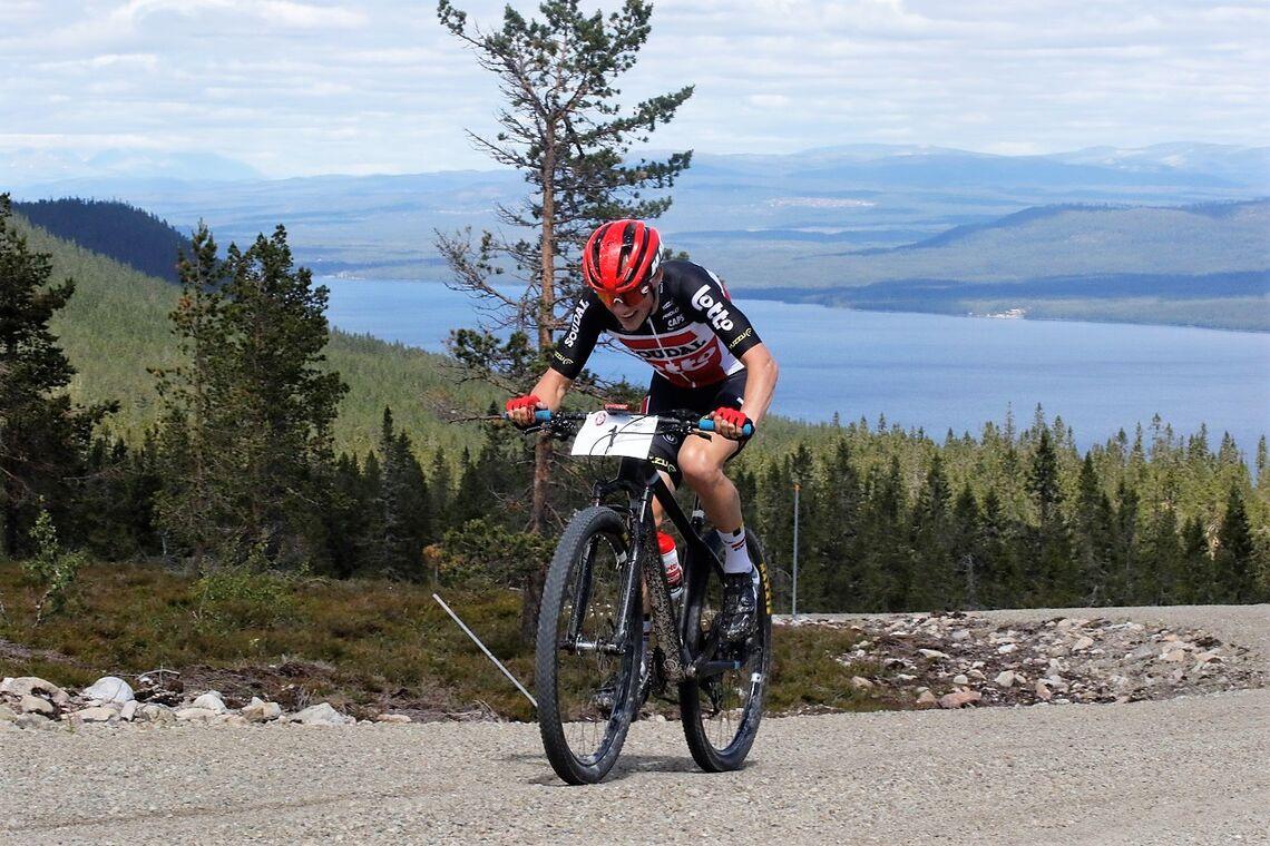 Carl Fredrik Hagen, Sagene IF Sykkel/Lotto Soudal på toppen av Halvorsberget med hele feltet og Osensjøen bak seg.