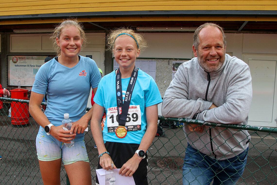 Lisa og Andrine Østervold vant hver sin distanse. Her sammen med pappa etter løpet. (Alle foto: Arne Dag Myking)