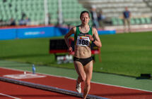 Silje Fjørtoft løper inn til seier på kvinnenes 3000 meter på Bislett. (Foto: Samuel Hafsahl)