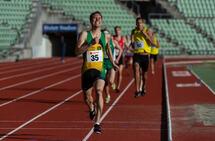 Thomas Roth Spurter inn til klar seier på 800 meter, men bak kommer unggutten Ola Jakob Høsteland Solbu (grønn Ås-drakt) i stor fart og sikret seg 2. plassen. (Foto: Samuel Hafsahl)