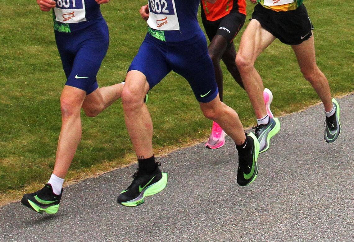 Somme bein spring uansett fort, men truleg er det litt ekstrahjelp å få frå dei nye skorne. (Foto: Lise B. Hetland)