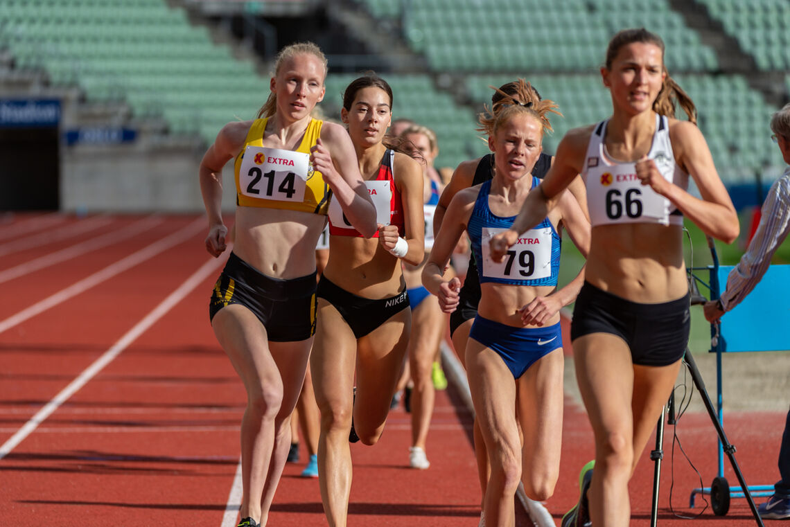 Grete Tyldum (19) utfordret favoritten Sigrid Jervell Våg på 1500 meter på Bislett onsdag kveld. Hun ble nummer to på ny sterk personlig rekord. Mellom dem ser vi to andre sterke tenåringer, Sara Busic og Ina Halle haugen. (Foto: Samuel Hafsahl)
