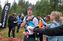 Simen Westlund har her gått i mål til klar seier og løyperekord på Blefjells Beste. (Foto: Bjørn Hauge)