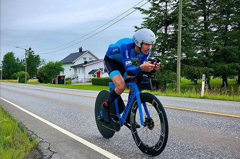 Det var vått og glatt langs riksvei 35, men likevel syklet Allan Hovda inn til soleklar rekord på 24-timer. (Foto fra Allan Hovdas Instagramprofil)