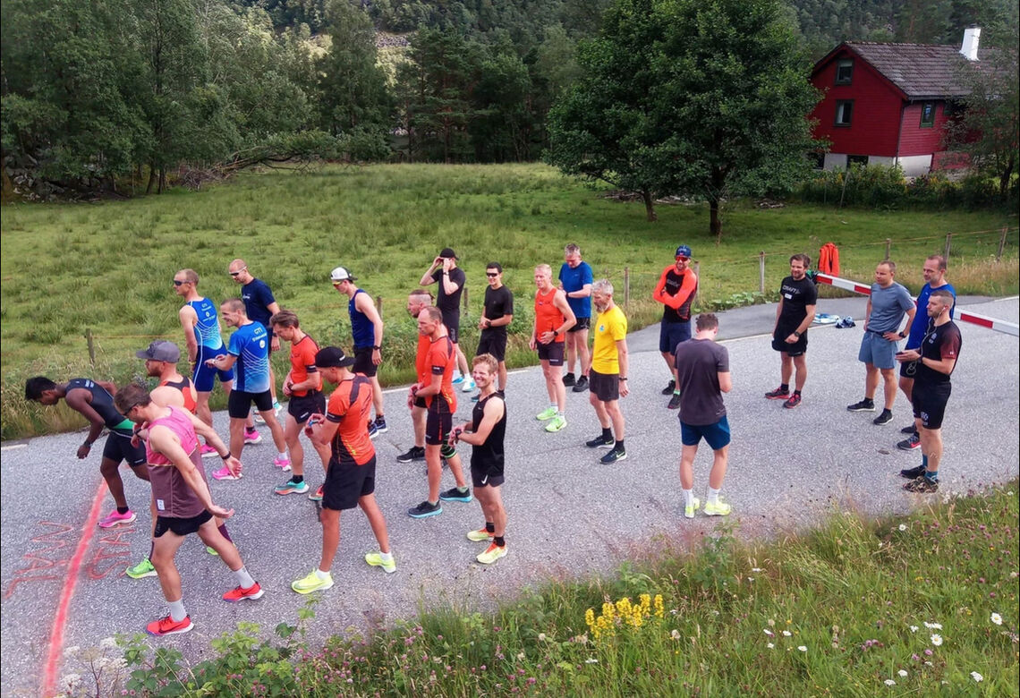 23 løpere gjør seg klar til start. Han som skulle vinne til slutt, Håvard Lalit Øglænd, har inntatt tetposisjonen allerede før feltet er i bevegelse. (Foto: Spirit Friidrett)